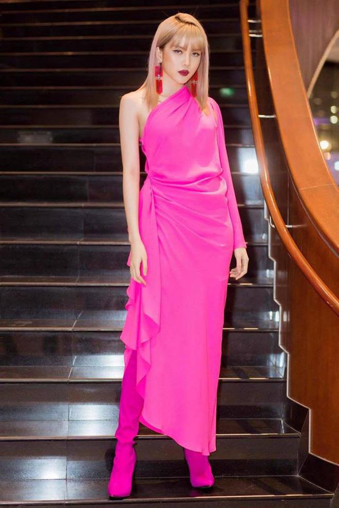 """<p> Đầm hồng fuchsia của NTK Đỗ Mạnh Cường được Thiều Bảo Trâm """"lên đồ"""" đầy cá tính khi kết hợp cùng boots của Balenciaga và khuyên tai hợp rơ.</p>"""