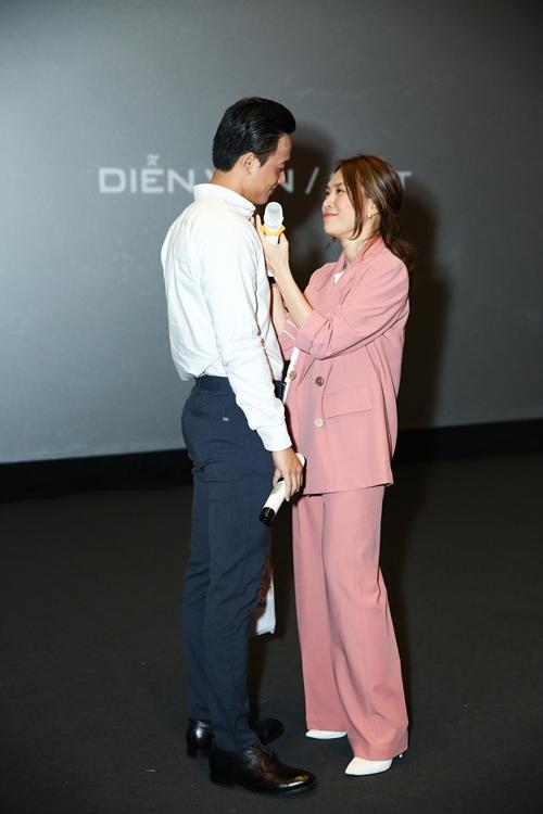 Cặp đôi tái hiện lại một số phân cảnh tình tứ lẫn hài hước trong phim khiến khán giả bật cười.