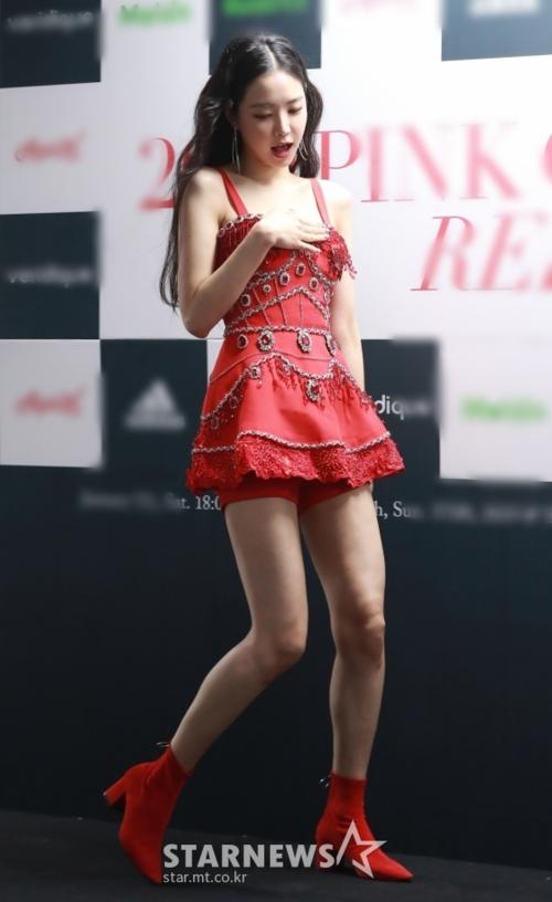 Trên Pann, nhiều fan sôi nổi bàn luận về body Na Eun.Không phải tự nhiên mà cô nàngluôn được xướng tên trong bảng xếp hạng các thần tượng dáng đẹp. Na Eun cao 1,68m, có số đo ba vòng cân đối và đôi chân dài thon gọn, nuột nà.