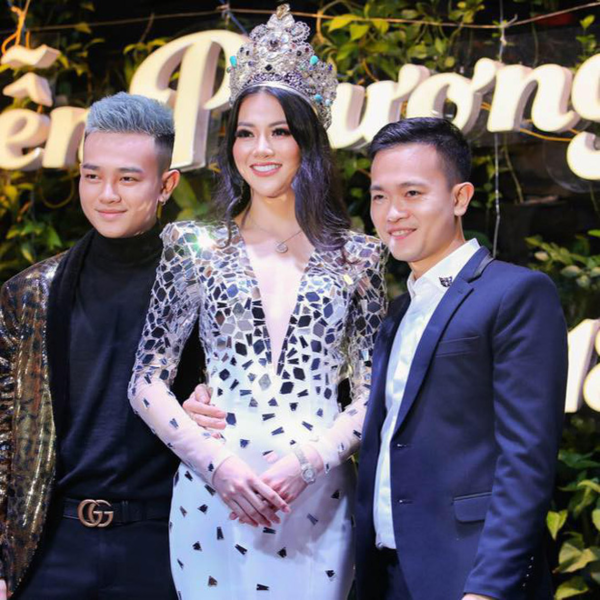 Phương Khanh (ngoài cùng bên phải) cùng Phương Khánh và em trai.