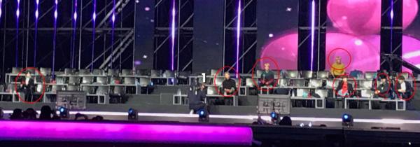 Nhìn hàng ghế nghệ sĩ vắng vẻ do nhiều nhóm đã lui vào cánh gà chuẩn bị trình diễn, BTS không ai bảo ai, mỗi người ngồi mỗi hướng để... đỡ trống trải.