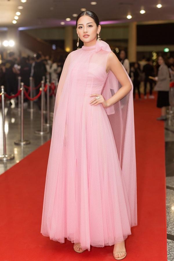 <p> Thiết kế bất đối xứng gam màu hồng phấn mix cùng khuyên tai Chanel tôn lên vẻ nhẹ nhàng, quyến rũ của Thùy Anh.</p>