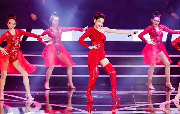 Khi biểu diễn trên sân khấu, Chi Pu luôn là người đi giày cao nhất, giúp cô không lộ vóc dáng nhỏ bé giữa dàn vũ công.