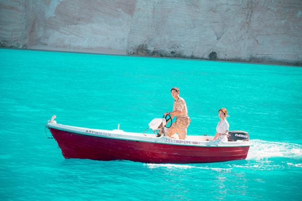 Màu nước xanh biếc của bãi biển ở Zakynthos làm phông nền hoàn hảo cho mối tình lãng mạn trong phim. Ảnh: Kbs.