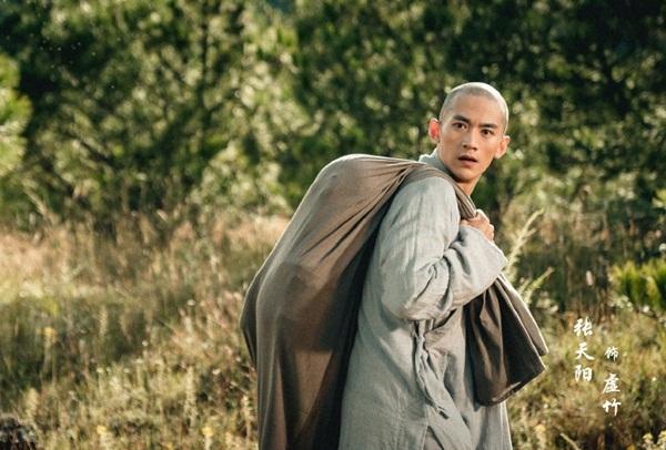 Trương Thiên Dương đóng vai Hư Trúc, phải cạo trọc đầu.