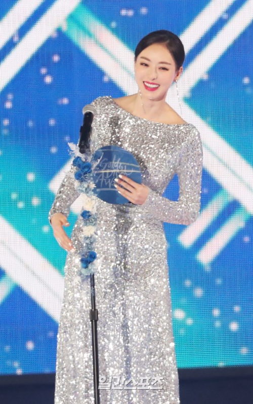 Lee Da Hee thu hút sự chú ý với chiếc váy lấp lánh và vẻ đẹp sang chảnh như một hoa hậu.