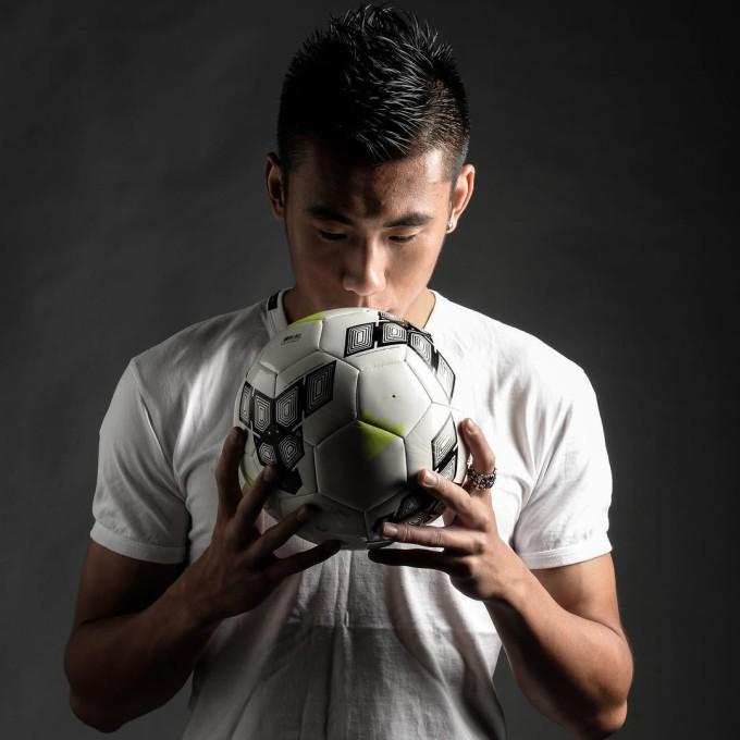 Vẻ điển trai của cầu thủ đắt giá nhất tuyển Trung Quốc