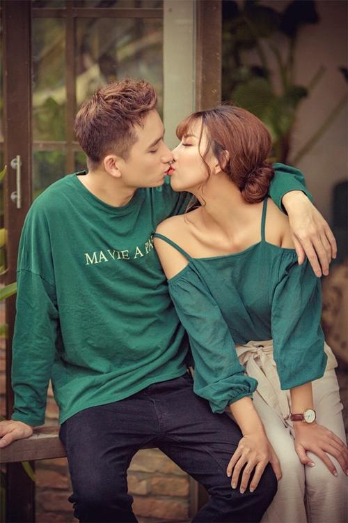 Phan Mạnh Quỳnh hạnh phúc bên bạn gái.