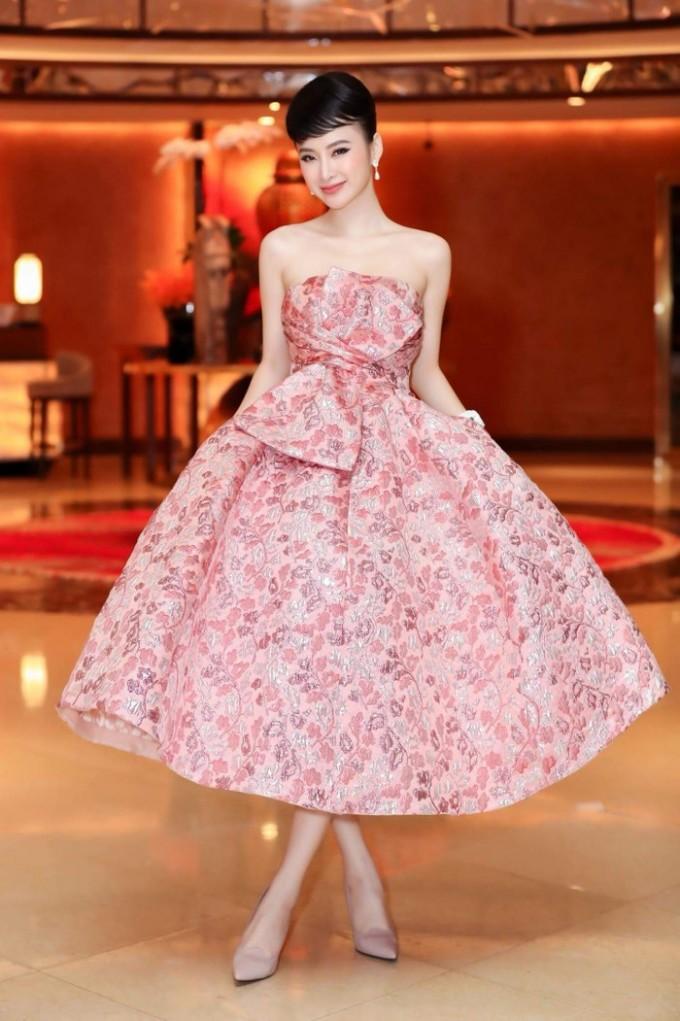 """<p> Audrey Hepburn là biểu tượng thời trang mà Angela Phương Trinh yêu thích. """"Bà mẹ nhí"""" thường xuyên lựa chọn trang điểm theo phong cách cổ điển, lấy cảm hứng từ thần tượng.</p>"""