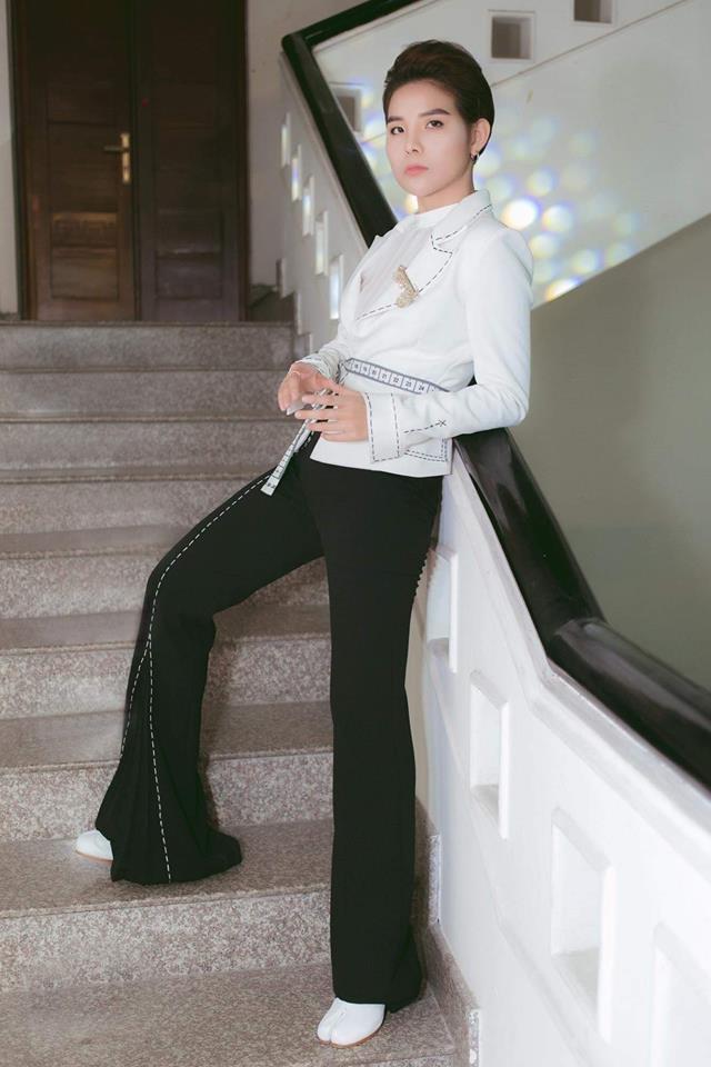 <p> Diện quần ống loe cùng vest cách điệu, Vũ Cát Tường gia tăng chiều cao đáng kể.</p>