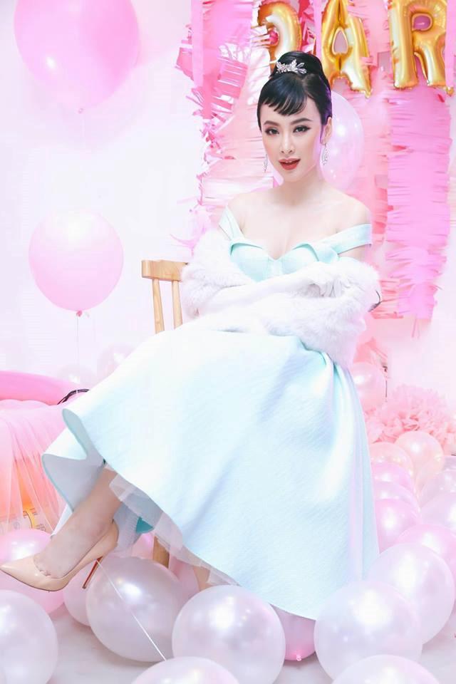 <p> Kiểu tóc mái xéo tương tự Audrey Hepburn rất kén mặt. Kiểu mái này rất dễ bị vểnh nếu không dùng máy sấy tạo nếp.</p>