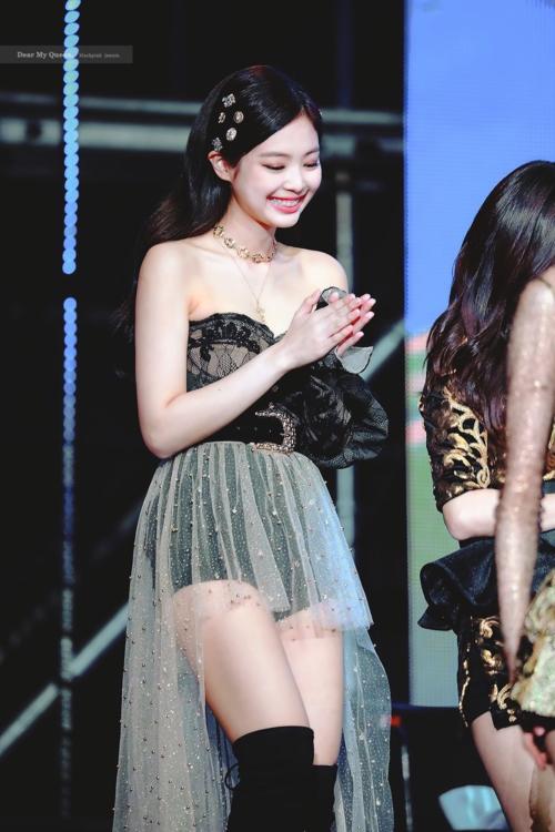 Tần suất Jennie khoe bờ vai nuột nà và diện quần ngắn cũn cỡn cũng tăng lên rõ rệt.