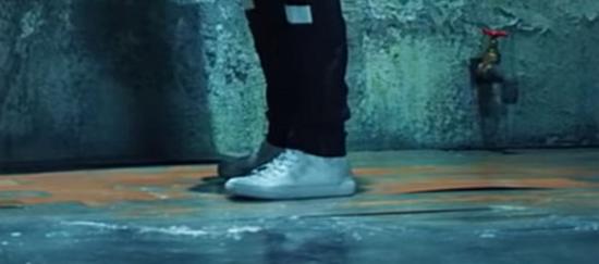 Fan ruột đoán MV của BTS chỉ qua đôi giày - 2