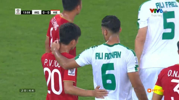 Phan Văn Đức (số 20, Việt Nam) và Ali Adnan (số 6, Iraq).