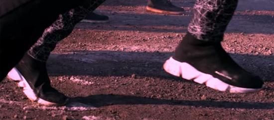 Fan ruột đoán MV của BTS chỉ qua đôi giày - 4