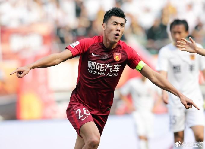 <p> Zhang Chengdong sinh năm 1989, tỉnh Hồ Bắc. Anh đang chơi cho Hebei China Fortune - CLB được nhận xét chịu chi nhất Trung Quốc hiện nay.</p>