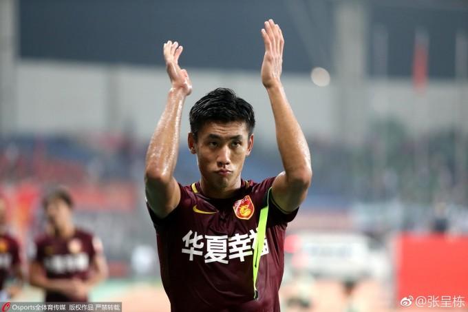 """<p> Tháng 1/2017, CLB Hebei China Fortune hoàn tất hợp đồng với cầu thủ Zhang Chengdong với mức phí chuyển nhượng 20 triệu euro. Đây được xem là phí cực kỳ khó tin dành cho một cầu thủ Trung Quốc bởi với số tiền này, CLB có thể mua được cầu thủ tầm trung ở châu Âu có đẳng cấp hơn. Zhang Chengdong trở thành cầu thủ """"đắt giá"""" nhất trong lịch sử Trung Quốc.</p>"""