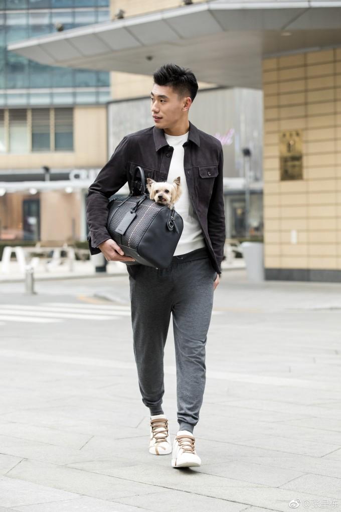 <p> Chengdong sở hữu chiều cao 1,84m, body 6 múi như một người mẫu.</p>