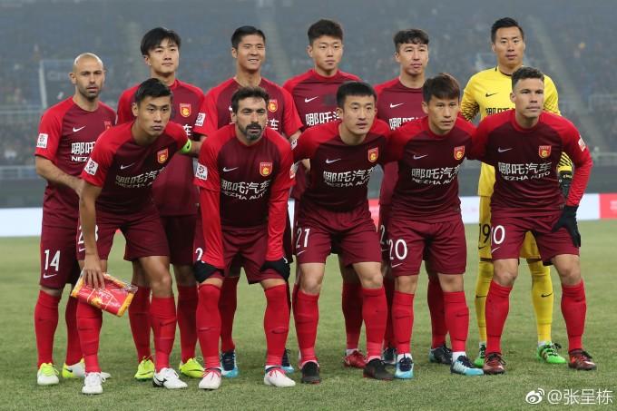 """<p> Giải đấu Asian Cup 2019 đang dần nóng lên. Ngoài các trận cầu được chờ đón, chân dung những """"soái ca"""" sân cỏ cũng được các CĐV, đặc biệt là fan nữ quan tâm. Trong đội hình của tuyển Trung Quốc có sự xuất hiện của chàng cầu thủ mang áo số 17 (hàng đầu, ngoài cùng bên trái) với gương mặt điển trai, nam tính.</p>"""
