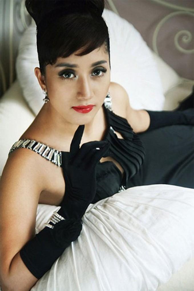 <p> Khánh Thi cũng chọn hóa thân thànhAudrey Hepburn nhưng lối makeup quá đậm không mấy phù hợp với khuôn mặt bầu bĩnh của cô.</p>