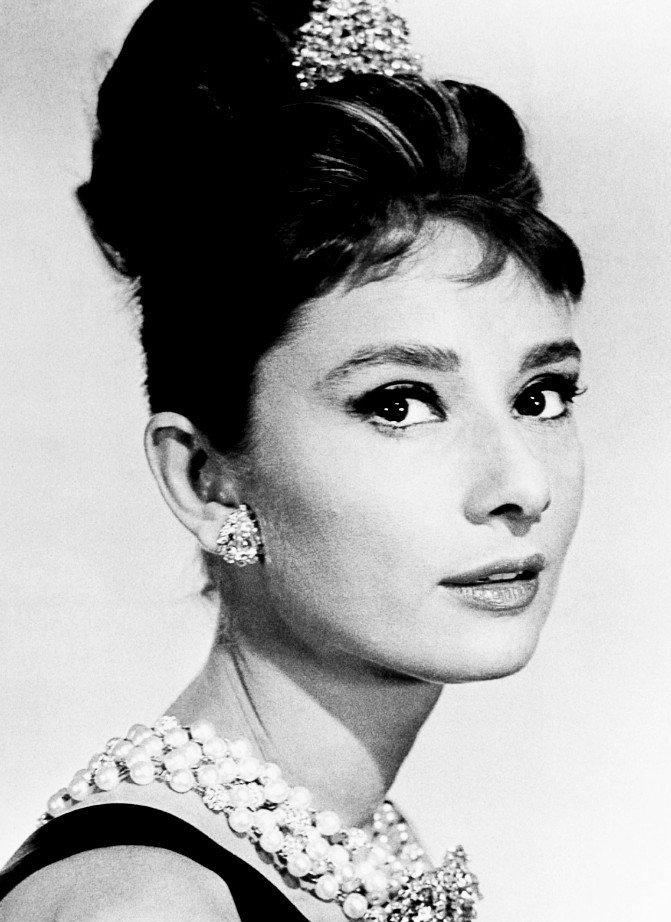 <p> Audrey Hepburn là nàng thơ lớn nhất trong sự nghiệp của NTKHubert de Givenchy. Bà là hiện thân cho vẻ đẹp đài các, thuần khiết và là nguồn cảm hứng cho phong cách của hàng triệu phụ nữ trên thế giới. Tạo hình của Audrey Hepburn khi đảm nhận vai cô đào xinh đẹp trong bộ phim <em>Bữa sáng ở Tiffany</em> đã trở thành kinh điển. Dàn sao Việt cũng rất yêu thích phong cách này.</p>