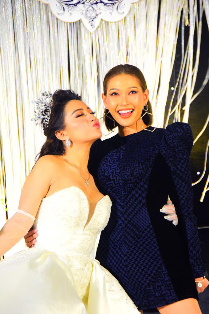 <p> Stylist Diệp Linh Châu thân thiết với cô dâu.</p>
