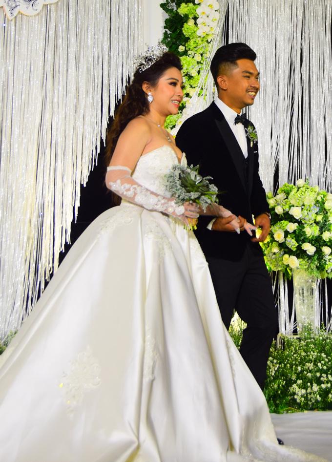 <p> Tiệc cưới của MiA - Việt Vương diễn ra tối 9/1 tại một khách sạn ở TP HCM. Từ 18h, cô dâu - chú rể đã có mặt tại sảnh để chuẩn bị đón tiếp người thân, bạn bè, các đồng nghiệp đến chúc mừng.</p>