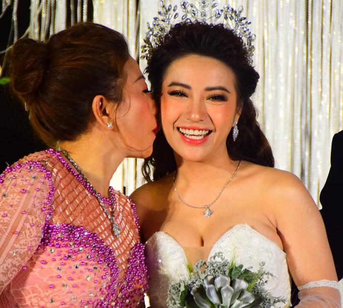 <p> MiA xinh đẹp, hạnh phúc trong tiệc cưới.</p>