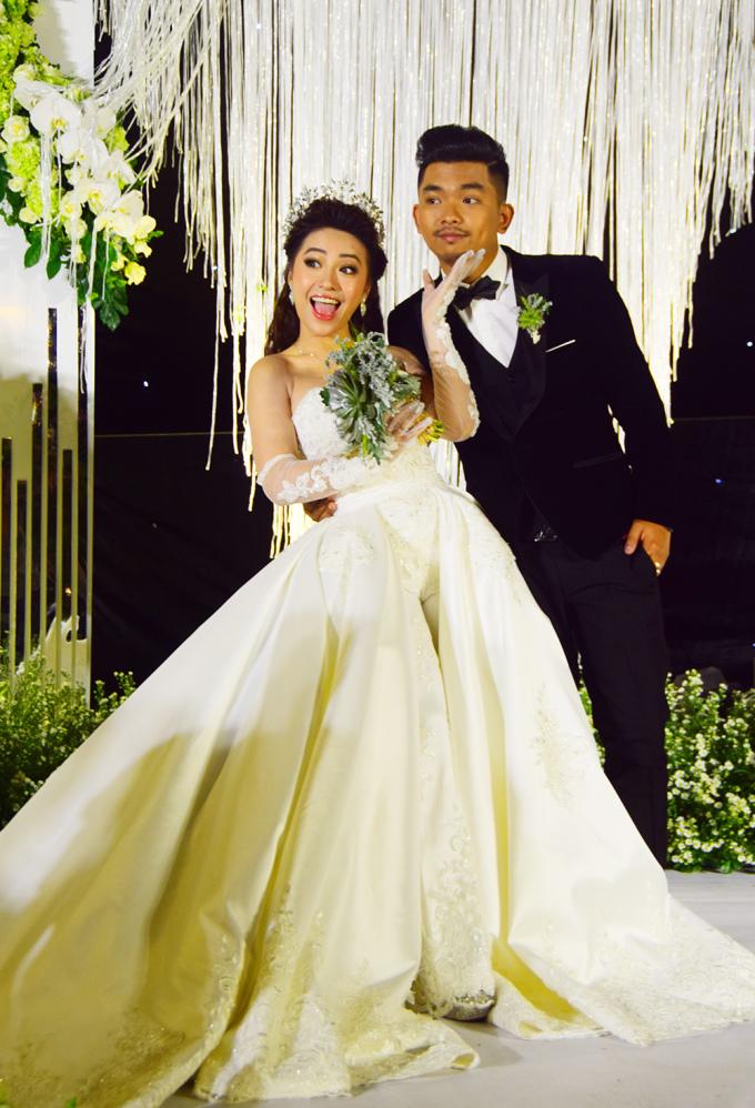 <p> Chồng tương lai của MiA tên là Triệu Vương, kém cô 3 tuổi, là bạn chung của nhóm nhạc 365. Anh chàng từng kỳ công chuẩn bị một không gian có hoa, nến, ánh đèn, sân vườn để trao nhẫn cho bạn gái. Ngày 25/11, MiA bí mật tổ chức đám hỏi. Ngày 7/1/2019, lễ rước dâu được diễn ra tại quê nhà Vĩnh Long.</p>