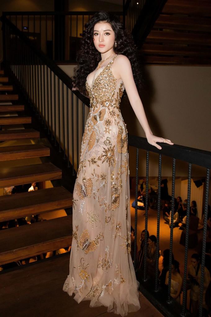 <p> Kể từ sau đăng quang Á hậu Việt Nam 2014, Huyền My trở thành cái tên được săn đón trên sàn diễn thời trang. Tuy nhiên á hậu sinh năm 1995 chỉ lựa chọn một số chương trình để tham gia.</p>