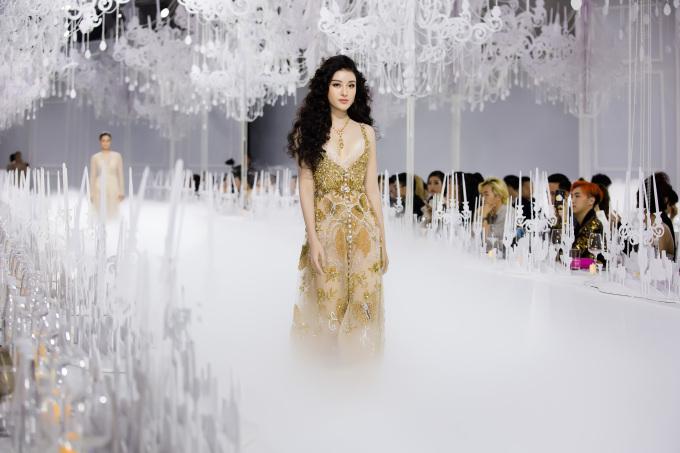"""<p> Sàn catwalk phủ đầy khói là một thử thách không nhỏ với các người mẫu. Huyền My xuất hiện với tạo hình ấn tượng. Cô hóa thân thành một nàng """"công chúa tóc mây"""" xinh đẹp, gợi cảm.</p>"""