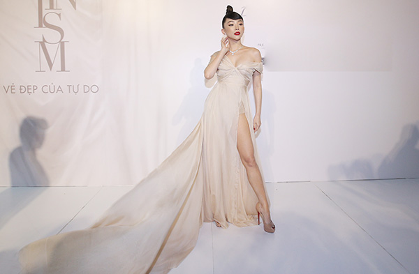 Hoa hậu Hương Giang vừa yêu kiều và gợi cảm hết cỡ với một thiết kế hồng nhiều tầng.