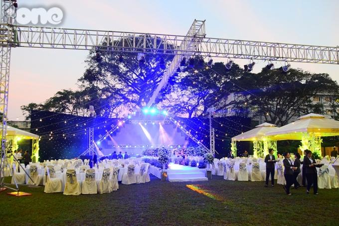 <p> Hôn lễ được tổ chức tại một khách sạn có khu vực tiệc cưới ngoài trời ở TP HCM.</p>