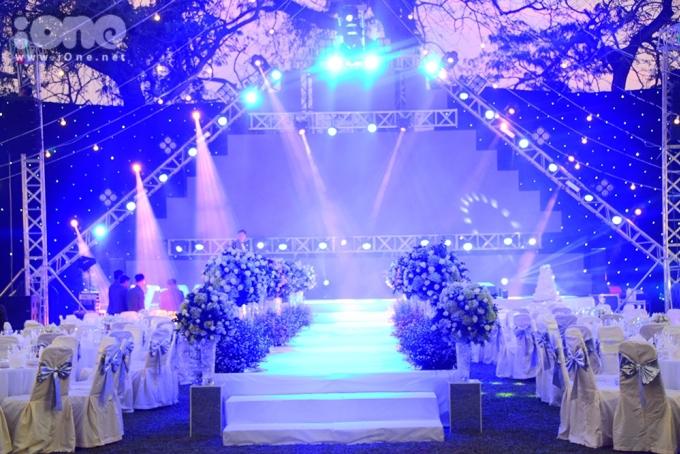<p> Không gian tiệc cưới được trang trí nhiều hoa tươi và nến tạo cảm giác lung linh.</p>