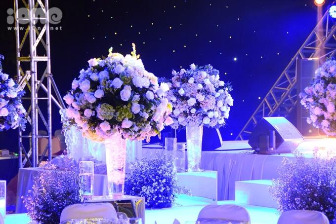 <p> Hoa tươi phủ sóng khắp không gian của tiệc cưới, tạo cảm giác ngọt ngào.</p>