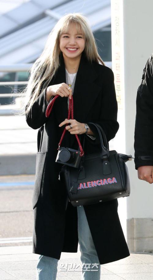 Black Pink đồng loạt nhuộm tóc mới, Lisa cười tươi sau bão kì thị của netizen