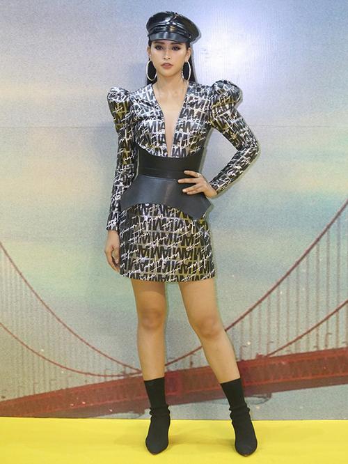 Trước đó cô cũng từng thử nghiệm style mạnh mẽ khi đi ra mắt phim. Bộ váy này có kiểu dáng phồng vai, đi cùng là boots đến ngang bắp chân khiến thân hình của Tiểu Vy có phần thiếu cân đối, trông kém mảnh mai, thanh thoát.