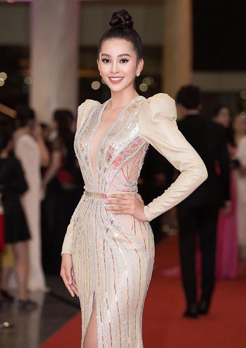 Phong độ thời trang của Tiểu Vy là rất thất thường vì cách đây ít ngày, người đẹp được khen hết lời với vẻ ngoài sang trọng khi tham dự một lễ trao giải.