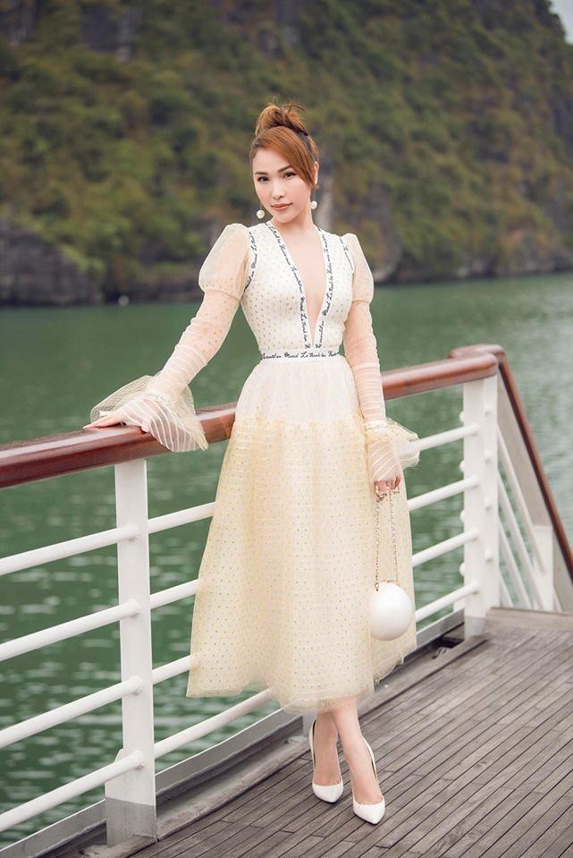 """<p> Nổi tiếng là một """"yêu nữ hàng hiệu, Quỳnh Thư cũng không bỏ qua món đồ độc đáo này. Cô phối item lạ mắt cùng bộ trang phục của NTK Lê Thanh Hòa.</p>"""
