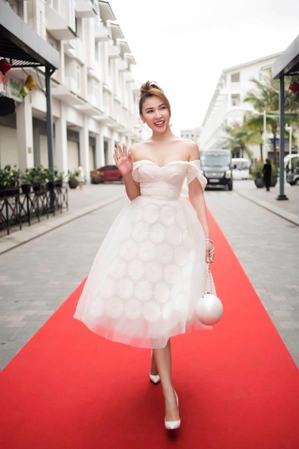 <p> Ngoài màu trắng ngọc trai mà sao Việt thường lựa chọn, mẫu túi này cũng có phiên bản màu đen với thiết kế tương tự.</p>