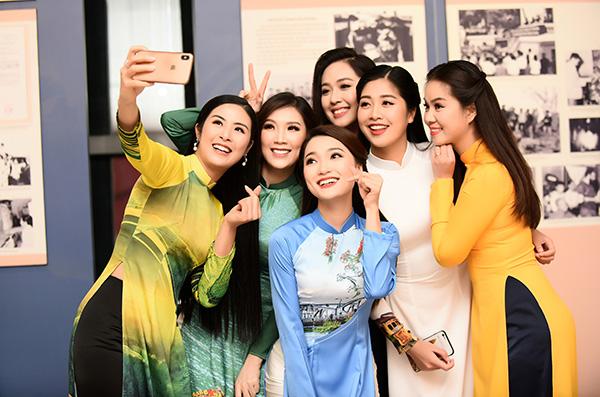 Dàn người đẹp nhí nhảnh selfie trước giờ diễn.