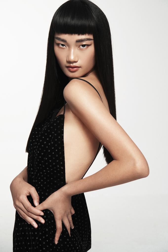 <p> Chân dài trông cuốn hút, quyến rũ trong những thiết kế có sắc đen với những đường xẻ lưng, xẻ đùi, phom cúp ngực...</p>