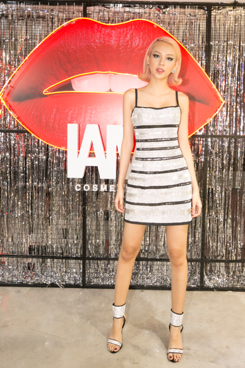 Tối 9/1, Phí Phương Anh xuất hiện tại sự kiện ra mắt thương hiệu mỹ phẩm mới của NTK Chung Thanh Phong. Cô diện bộ đầm hai dây sexy cùng sandal quai ngang tiệp màu bạc ánh kim. Lối make up sắc lẹm tạo nên vẻ ngoài cá tính cho cô nàng.