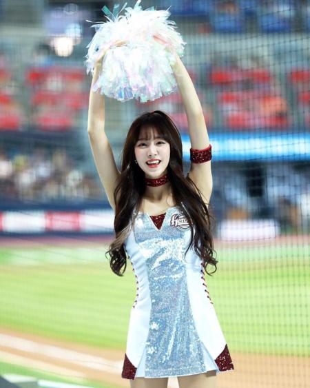 Cô nhanh chóng nổi tiếng nhờ vẻ ngoài xinh xắn và có lượng fan hùng hậu như các idol. Ji-hyun được gọi với biệt danh Seolhyun của giới cheerleader.