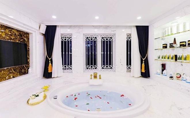 <p> Phòng tắm của Di Băng được lắp cả tivi để vợ chồng cô thư giãn.</p>