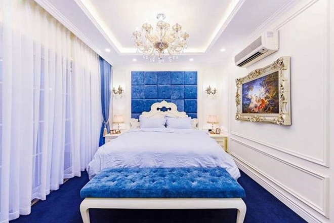<p> Phòng ngủ ấm cúng sử dụng tông màu trắng - xanh chủ đạo.</p>