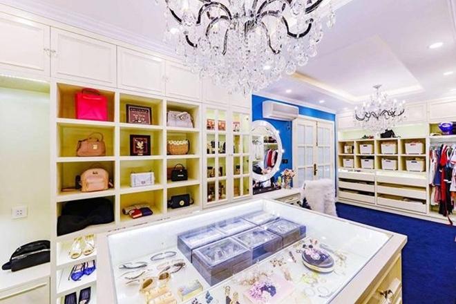 <p> Túi xách, giày dép, bông tai... của cô đều là những món đồ xa xỉ, được bày biện chẳng khác cửa hàng thời trang cao cấp.</p>