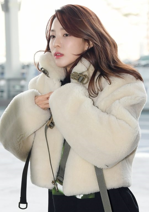 Nhiều người thấy tiếc cho Dara vì cô có nhan sắc nữ thần nhưng thường tự dìm hàng bản thân bằng những phong cách khó hiểu. Trong khi đó, fan cô nàng cho rằng Dara vốn là người không thích style nữ tính và chuyện ăn mặc là sở thích cá nhân cần được tôn trọng.
