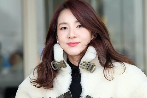 Sựxuất hiện của Dara gây sốt trên nhiều trang báo mạng tại Hàn. Netizen khen ngợi vẻ đẹp bất chấp thời gian của nữ thần tượngsinh năm 1984.