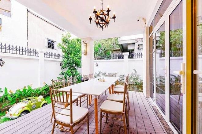 <p> Nhà của Di Băng có thiết kế thông thoáng, hòa nhập với thiên nhiên. Biệt thự được đặt tên làHanaYuki's house, ghép tên hai con của Di Băng là bé Hana - con đầu lòng và Yuki - bé gái thứ hai.</p>